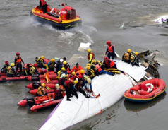 TransAsia plane crashes in Taiwan River