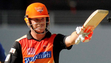 Warner 1st player to hit 500+ runs in 4 straight IPL seasons