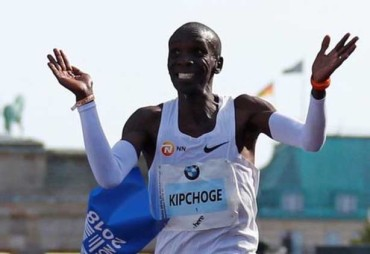Eliud Kipchoge sets new marathon world record